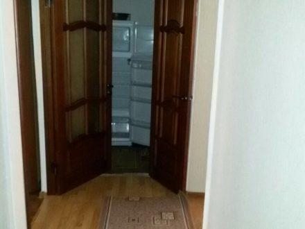 Сдам на длительный срок двухкомнатную квартиру на 1-м этаже 5-этажного дома площадью 44,5 кв. м. в Грозном
