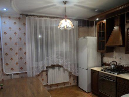 Сдам на длительный срок трехкомнатную квартиру на 3-м этаже 5-этажного дома площадью 70 кв. м. в Курске