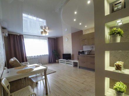 Сдам посуточно двухкомнатную квартиру на 11-м этаже 13-этажного дома площадью 80 кв. м. в Омске