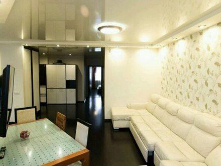 Сдам посуточно двухкомнатную квартиру на 7-м этаже 11-этажного дома площадью 80 кв. м. в Омске