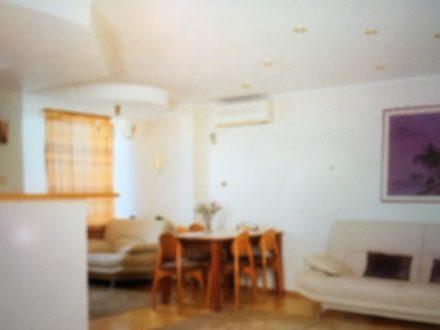 Сдам посуточно трехкомнатную квартиру на 2-м этаже 4-этажного дома площадью 94 кв. м. в Красноярске