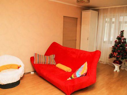 Сдам посуточно двухкомнатную квартиру на 2-м этаже 2-этажного дома площадью 43 кв. м. в Владивостоке