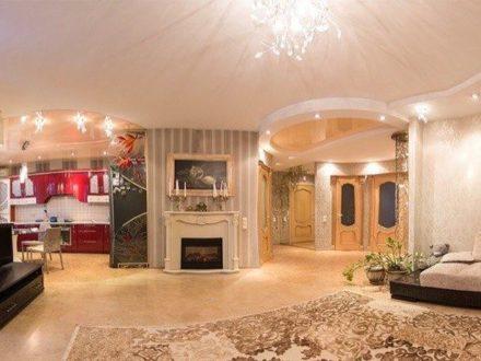 Сдам посуточно трехкомнатную квартиру на 2-м этаже 10-этажного дома площадью 100 кв. м. в Омске