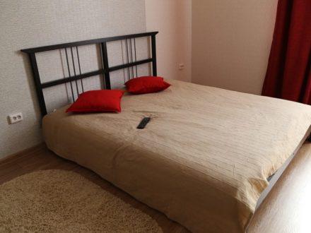 Сдам посуточно однокомнатную квартиру на 9-м этаже 16-этажного дома площадью 42 кв. м. в Астрахани