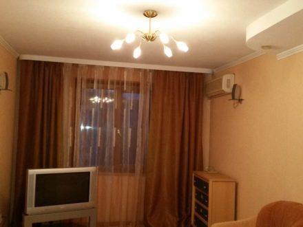 Сдам на длительный срок трехкомнатную квартиру на 6-м этаже 9-этажного дома площадью 72 кв. м. в Астрахани