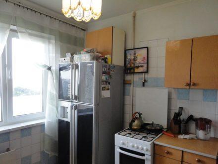 Сдам на длительный срок трехкомнатную квартиру на 8-м этаже 9-этажного дома площадью 63 кв. м. в Омске