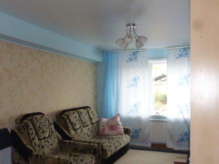 Продам двухкомнатную квартиру на 1-м этаже 2-этажного дома площадью 52 кв. м. в Горно-Алтайске