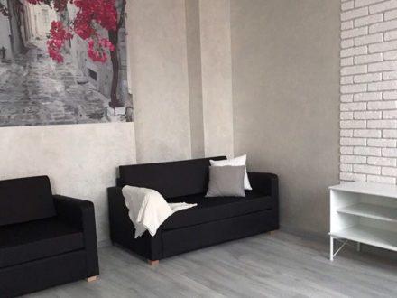 Сдам на длительный срок трехкомнатную квартиру на 8-м этаже 15-этажного дома площадью 90 кв. м. в Иркутске