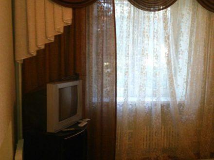 Сдам посуточно однокомнатную квартиру на 3-м этаже 5-этажного дома площадью 40 кв. м. в Майкопе