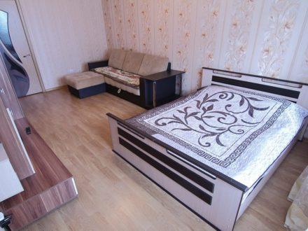 Сдам посуточно однокомнатную квартиру на 7-м этаже 14-этажного дома площадью 45 кв. м. в Брянске