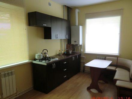 Сдам посуточно однокомнатную квартиру на 1-м этаже 2-этажного дома площадью 50 кв. м. в Костроме
