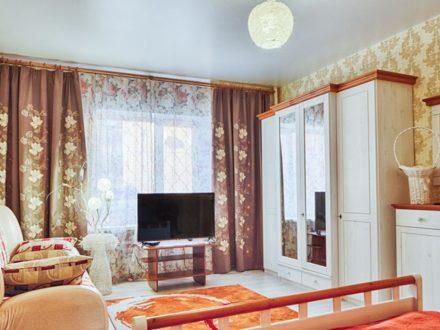 Сдам посуточно однокомнатную квартиру на 1-м этаже 3-этажного дома площадью 42 кв. м. в Твери