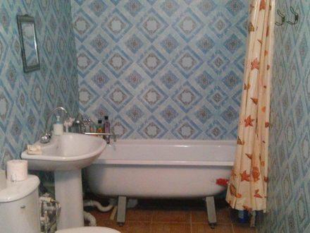 Сдам посуточно двухкомнатную квартиру на 1-м этаже 5-этажного дома площадью 55 кв. м. в Черкесске