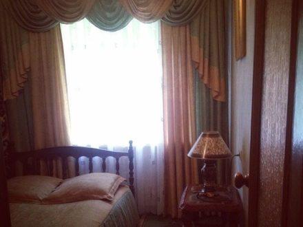 Сдам посуточно двухкомнатную квартиру на 1-м этаже 5-этажного дома площадью 43 кв. м. в Брянске