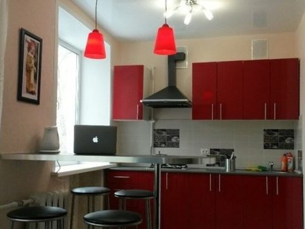 Сдам посуточно трехкомнатную квартиру на 4-м этаже 5-этажного дома площадью 50 кв. м. в Твери