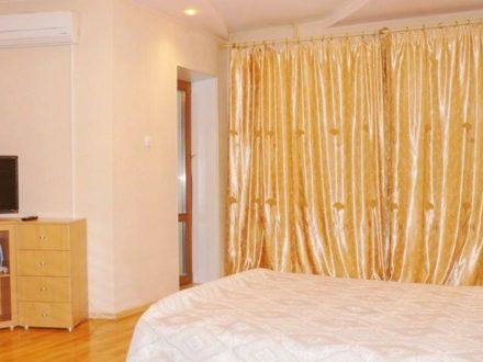 Сдам посуточно однокомнатную квартиру на 8-м этаже 9-этажного дома площадью 50 кв. м. в Якутске