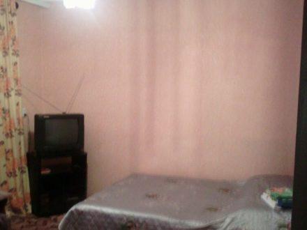 Сдам посуточно двухкомнатную квартиру на 1-м этаже 4-этажного дома площадью 46 кв. м. в Черкесске