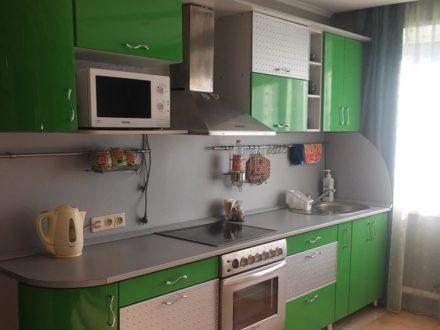 Сдам посуточно трехкомнатную квартиру на 1-м этаже 1-этажного дома площадью 80 кв. м. в Горно-Алтайске