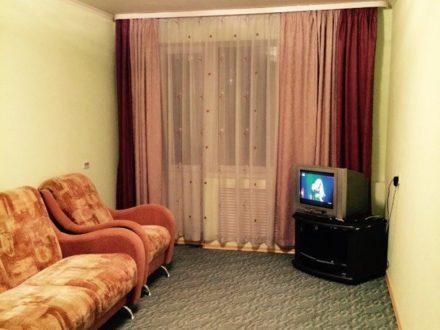 Сдам посуточно двухкомнатную квартиру на 1-м этаже 5-этажного дома площадью 54 кв. м. в Горно-Алтайске