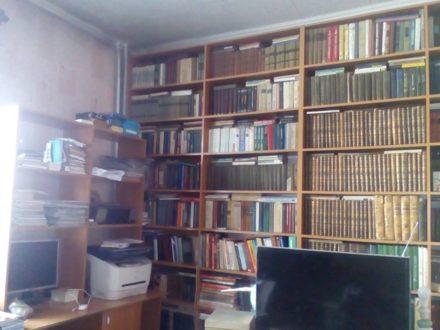 Продам двухкомнатную квартиру на 1-м этаже 2-этажного дома площадью 62 кв. м. в Чите