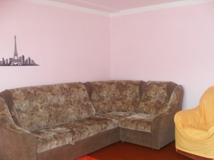 Сдам посуточно однокомнатную квартиру на 1-м этаже 5-этажного дома площадью 42 кв. м. в Горно-Алтайске