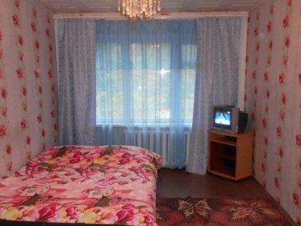 Сдам посуточно двухкомнатную квартиру на 1-м этаже 5-этажного дома площадью 45 кв. м. в Ижевске