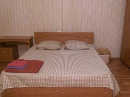 Сдам посуточно однокомнатную квартиру на 1-м этаже 5-этажного дома площадью 36 кв. м. в Астрахани