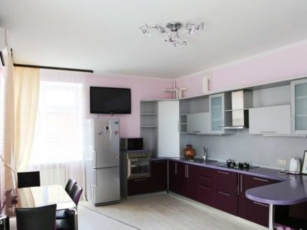 Сдам на длительный срок трехкомнатную квартиру на 2-м этаже 4-этажного дома площадью 90 кв. м. в Астрахани