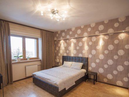 Сдам посуточно однокомнатную квартиру на 4-м этаже 9-этажного дома площадью 50 кв. м. в Южно-Сахалинске
