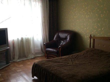 Сдам посуточно однокомнатную квартиру на 3-м этаже 5-этажного дома площадью 46 кв. м. в Владикавказе