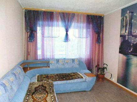 Сдам посуточно однокомнатную квартиру на 1-м этаже 5-этажного дома площадью 38 кв. м. в Магадане