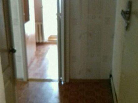 Сдам на длительный срок двухкомнатную квартиру на 1-м этаже 2-этажного дома площадью 36 кв. м. в Элисте