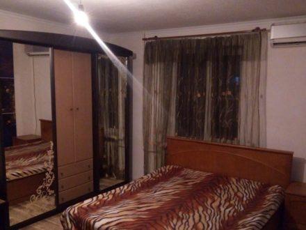 Сдам на длительный срок двухкомнатную квартиру на 3-м этаже 9-этажного дома площадью 42 кв. м. в Майкопе