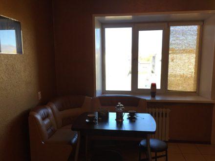 Сдам на длительный срок двухкомнатную квартиру на 3-м этаже 3-этажного дома площадью 71 кв. м. в Кызыле