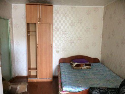 Сдам на длительный срок однокомнатную квартиру на 1-м этаже 5-этажного дома площадью 14 кв. м. в Чебоксарах