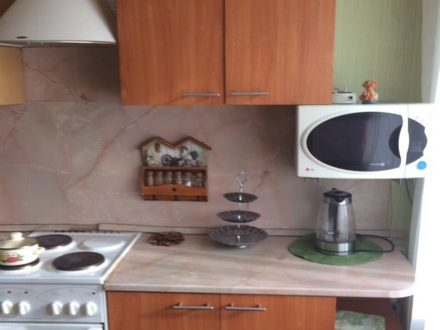 Сдам посуточно однокомнатную квартиру на 3-м этаже 5-этажного дома площадью 43 кв. м. в Магадане