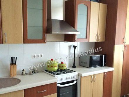 Сдам на длительный срок двухкомнатную квартиру на 8-м этаже 10-этажного дома площадью 72 кв. м. в Нижнем Новгороде