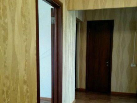 Сдам на длительный срок трехкомнатную квартиру на 7-м этаже 9-этажного дома площадью 63 кв. м. в Элисте