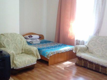 Сдам посуточно двухкомнатную квартиру на 1-м этаже 5-этажного дома площадью 50 кв. м. в Кызыле