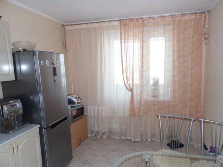 Сдам на длительный срок трехкомнатную квартиру на 9-м этаже 10-этажного дома площадью 90 кв. м. в Брянске
