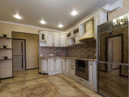 Сдам посуточно двухкомнатную квартиру на 2-м этаже 13-этажного дома площадью 80 кв. м. в Омске