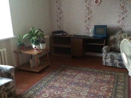 Сдам на длительный срок двухкомнатную квартиру на 5-м этаже 5-этажного дома площадью 42 кв. м. в Смоленске