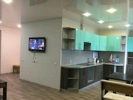 Сдам на длительный срок трехкомнатную квартиру на 10-м этаже 10-этажного дома площадью 100 кв. м. в Благовещенске