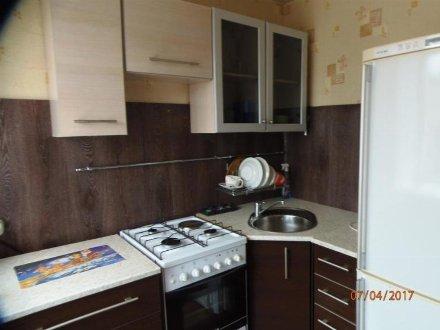 Сдам на длительный срок трехкомнатную квартиру на 3-м этаже 5-этажного дома площадью 44 кв. м. в Кемерово