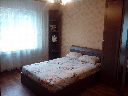 Сдам посуточно двухкомнатную квартиру на 1-м этаже 9-этажного дома площадью 53 кв. м. в Омске