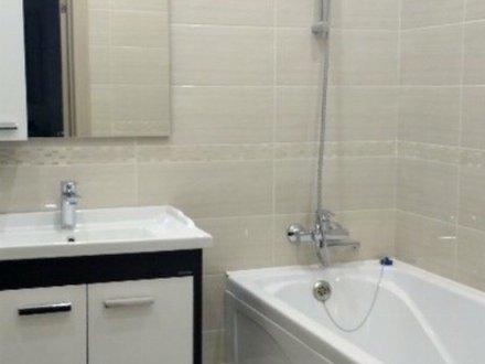 Сдам на длительный срок однокомнатную квартиру на 8-м этаже 12-этажного дома площадью 40 кв. м. в Тюмени