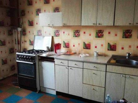 Сдам на длительный срок двухкомнатную квартиру на 3-м этаже 5-этажного дома площадью 53 кв. м. в Омске