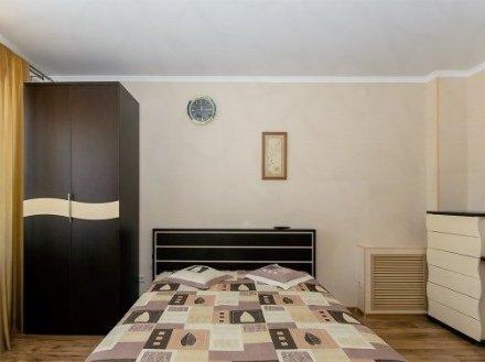 Сдам на длительный срок двухкомнатную квартиру на 8-м этаже 9-этажного дома площадью 56 кв. м. в Барнауле