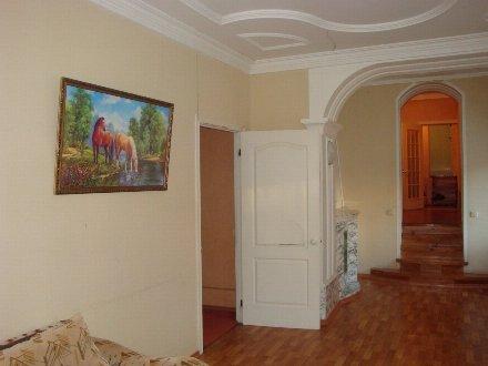Сдам на длительный срок двухкомнатную квартиру на 3-м этаже 3-этажного дома площадью 60 кв. м. в Самаре