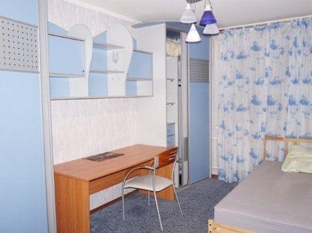 Сдам на длительный срок трехкомнатную квартиру на 4-м этаже 12-этажного дома площадью 65 кв. м. в Астрахани